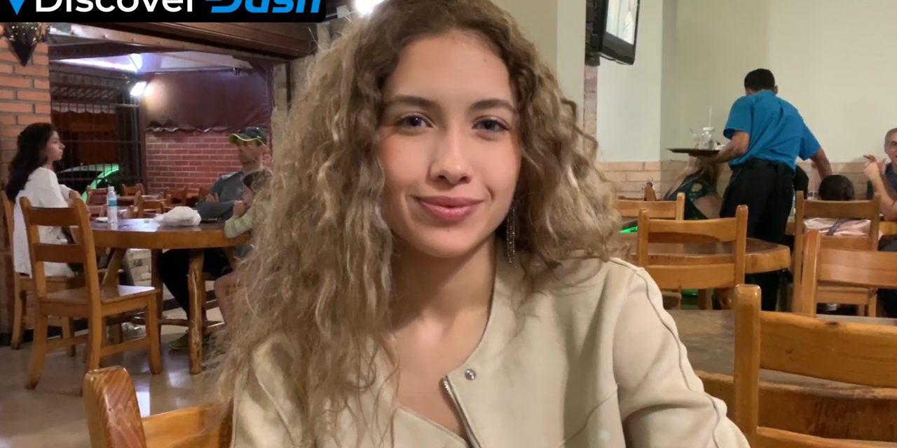 Isabel bezahlt in der Pizzeria La Romanina mit Dash